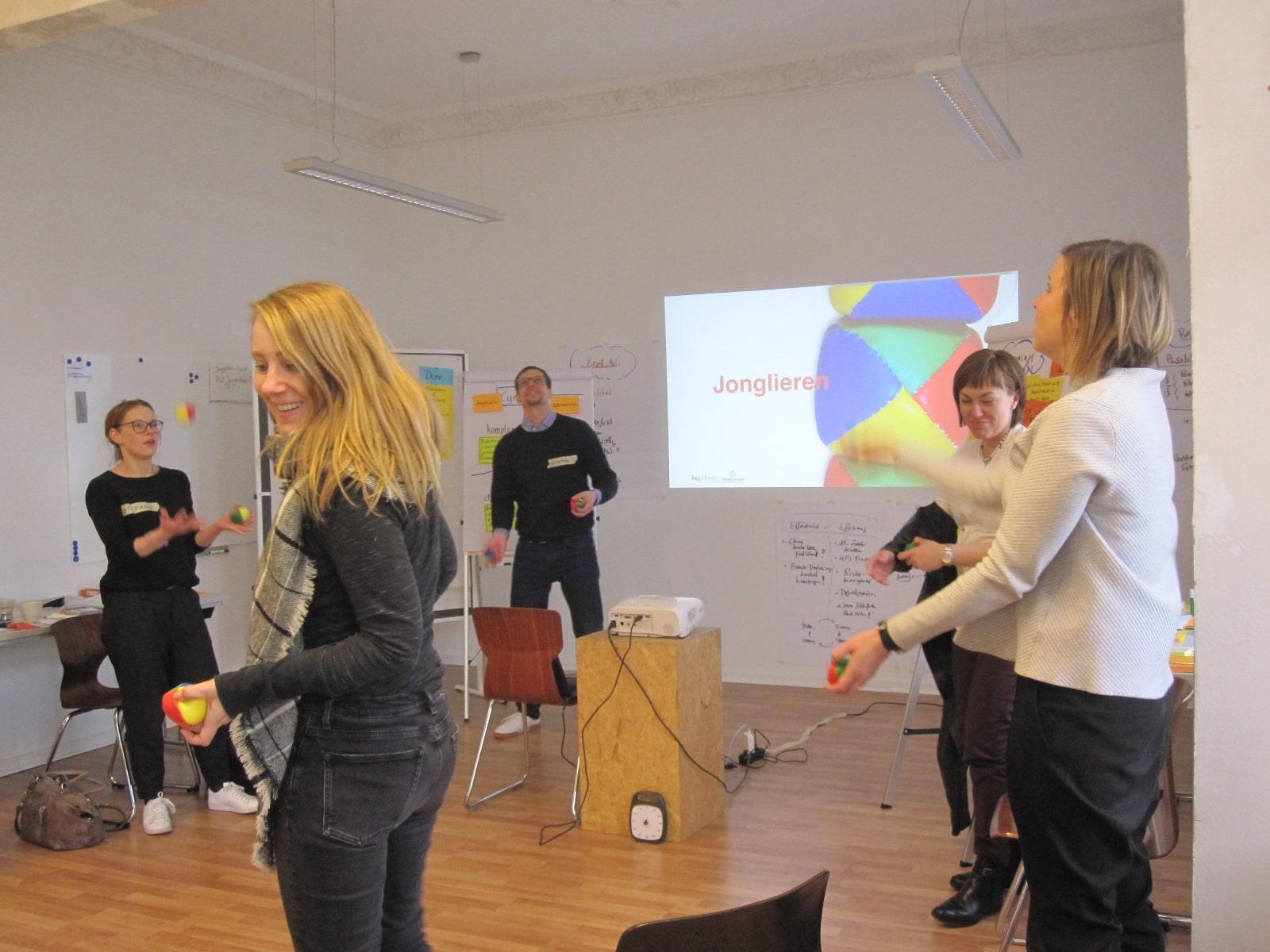 Teilnehmer Workshop BigFive Jonglieren Pause Spaß